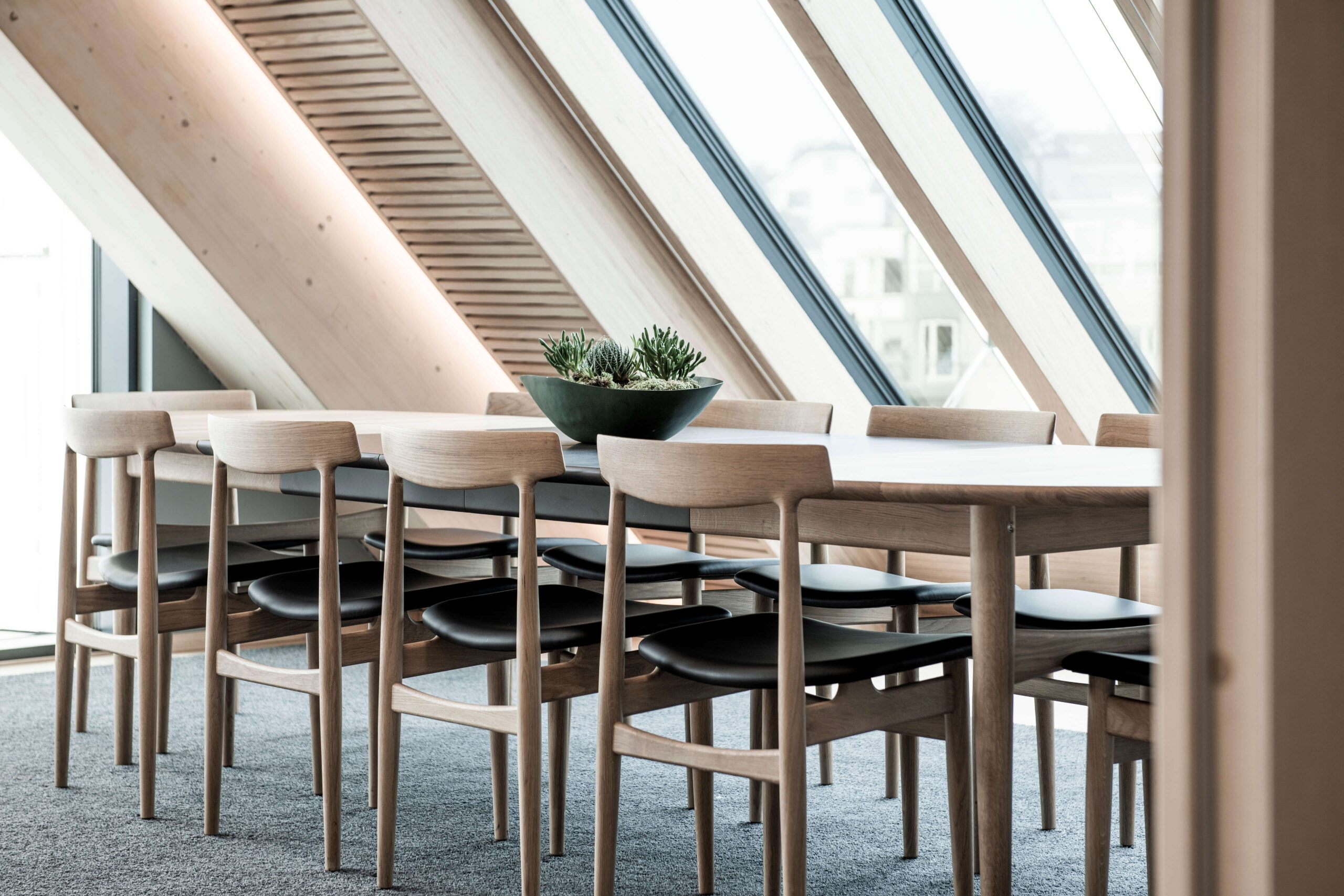Hertug dining chair and Øya dining table at Finansparken
